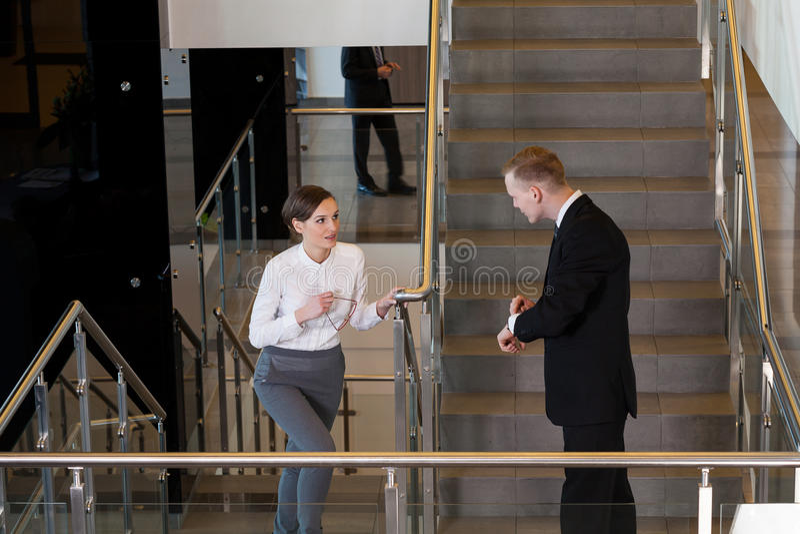 Kobieta jest opóźniony dla spotykać zdjęcia royalty free