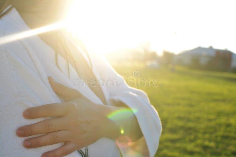 Kobieta jest ubranym bathrobe outdoors obrazy stock