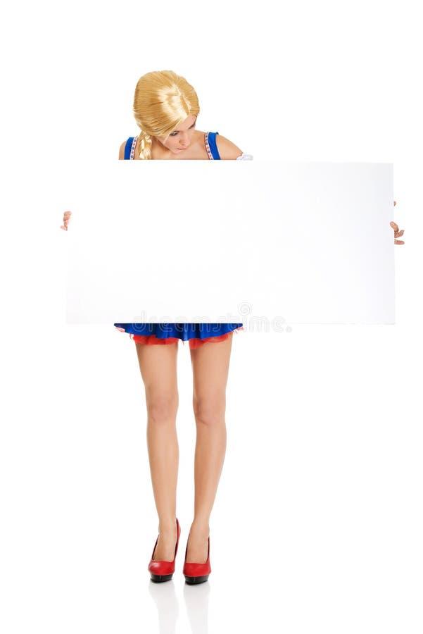 Kobieta jest ubranym Bawarskiego smokingowego mienia pustego sztandar zdjęcie royalty free