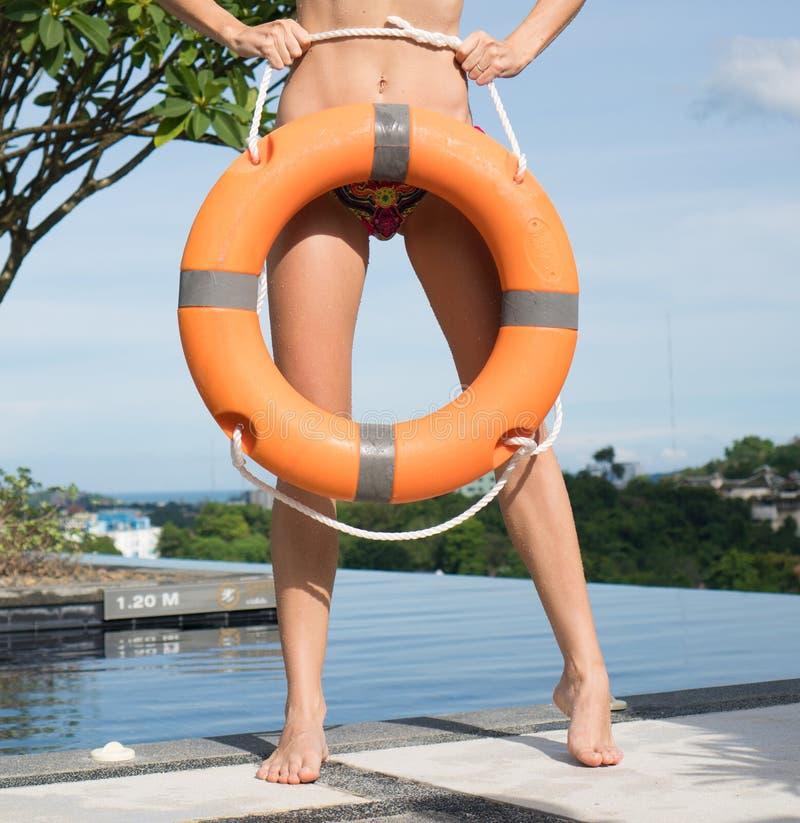 Kobieta jest ubranym bikini przy pływackim basenem obraz royalty free