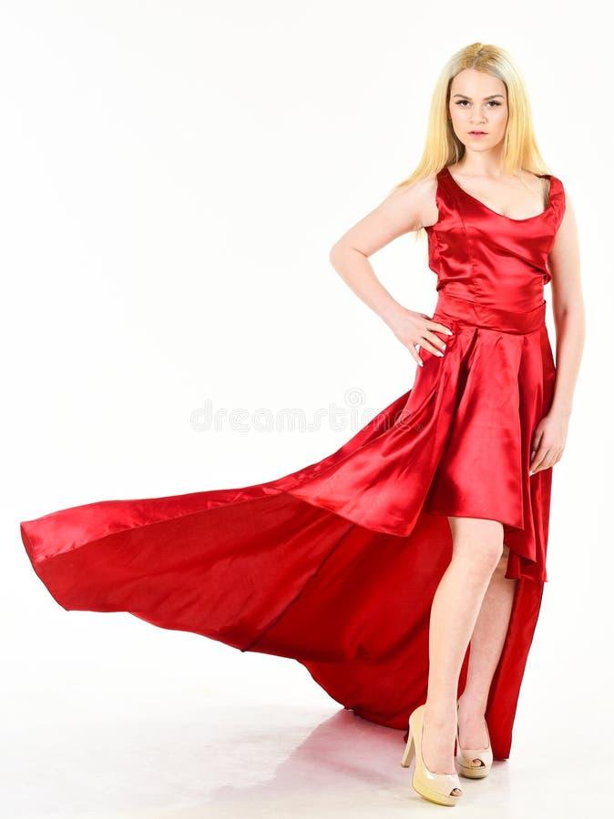 Kobieta jest ubranym elegancką wieczór czerwieni suknię, biały tło Smokingowy czynszowy pojęcie Dziewczyny blondynka pozuje w suk obrazy stock