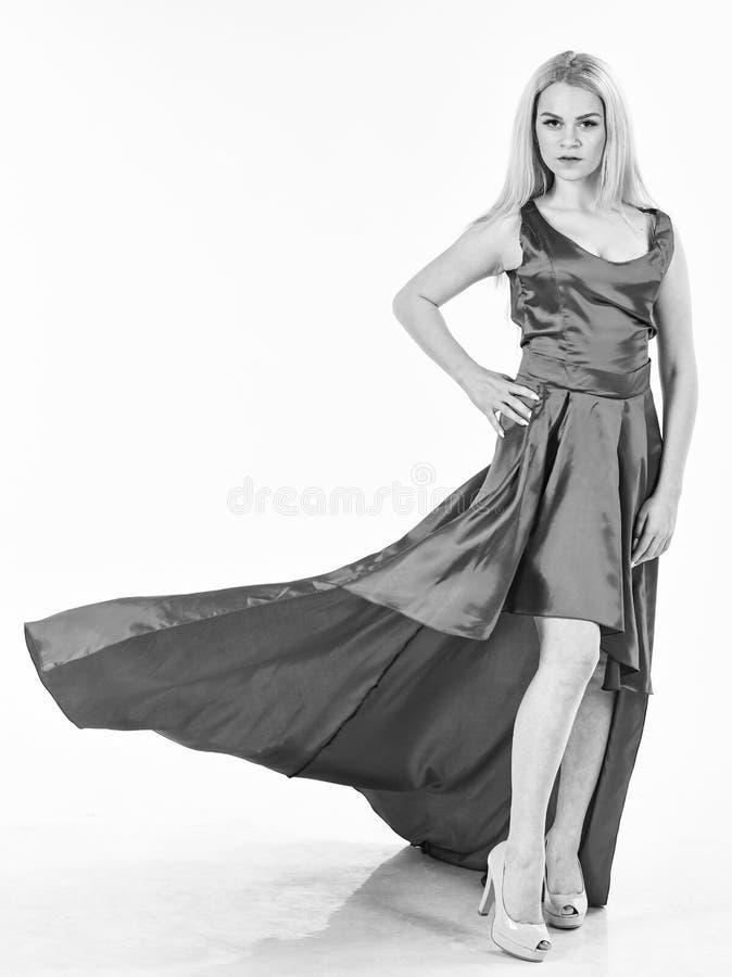 Kobieta jest ubranym elegancką wieczór czerwieni suknię, biały tło Smokingowy czynszowy pojęcie Dziewczyny blondynka pozuje w suk zdjęcia stock