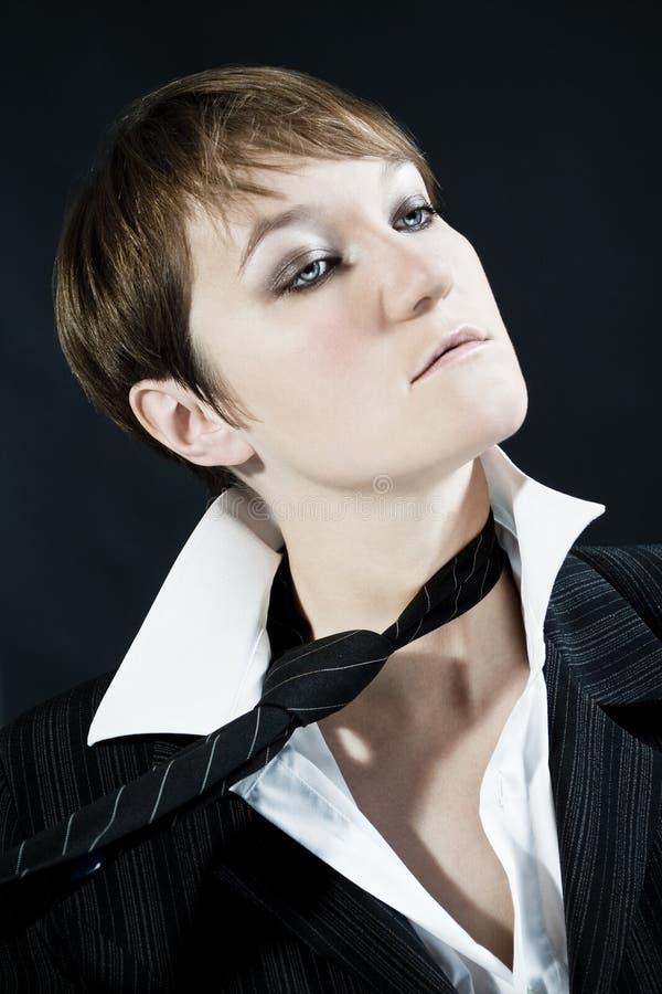 Kobieta jest ubranym garnitur zdejmuje krawat obraz royalty free