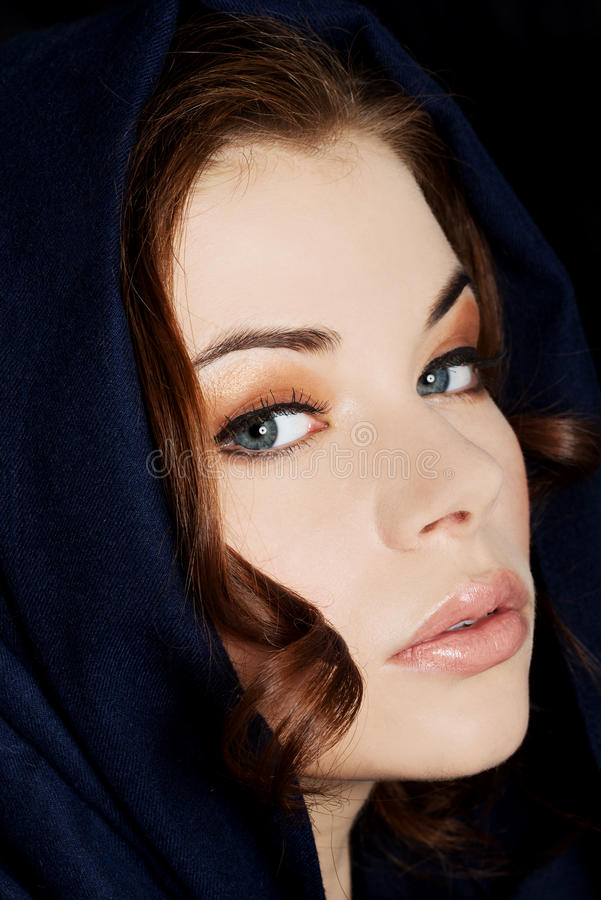 Kobieta jest ubranym headkerchief obrazy stock