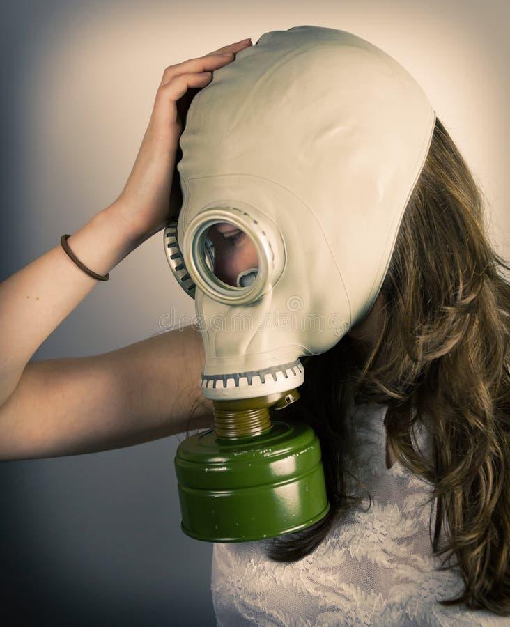 Kobieta jest ubranym maskę gazową zdjęcia royalty free