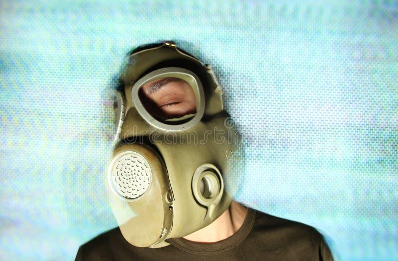 Kobieta jest ubranym maskę gazową i hełmofony zdjęcia royalty free