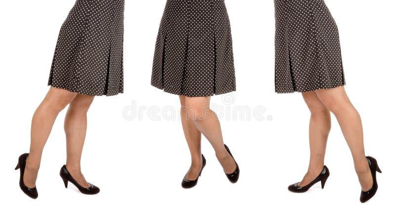 Kobieta Jest ubranym polki kropki Mini spódnicę -1 i Czarne zamszowy pompy obrazy stock