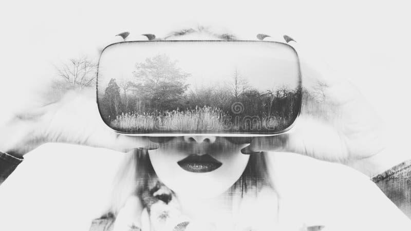 Kobieta jest ubranym rzeczywistość wirtualna szkła VR słuchawki Dwoistego ujawnienia rzeczywistości wirtualnej pojęcie obrazy stock