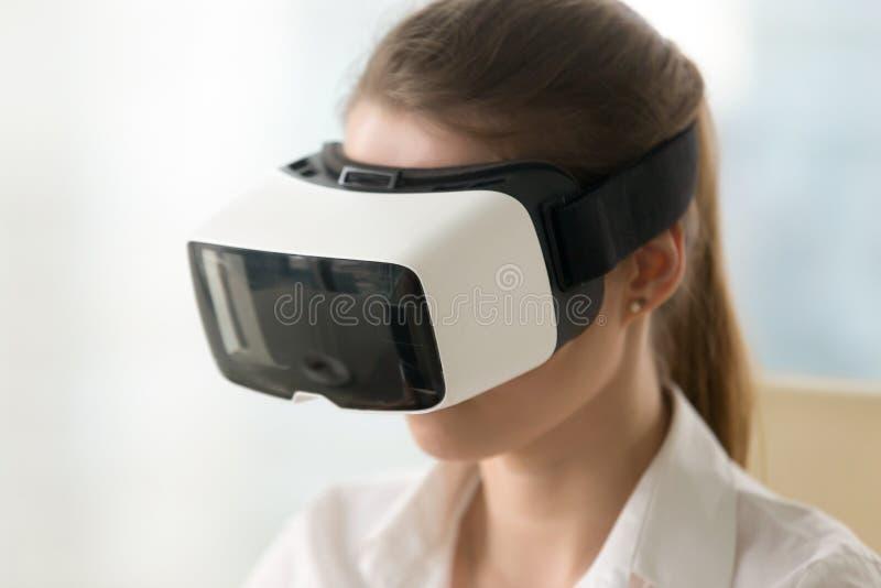 Kobieta jest ubranym rzeczywistość wirtualna szkła, vr słuchawki, portret głowa obraz stock