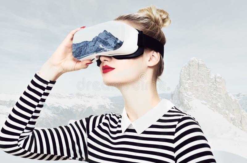 Kobieta jest ubranym rzeczywistość wirtualna szkła VR słuchawki Rzeczywistości wirtualnej podróży pojęcie obrazy royalty free