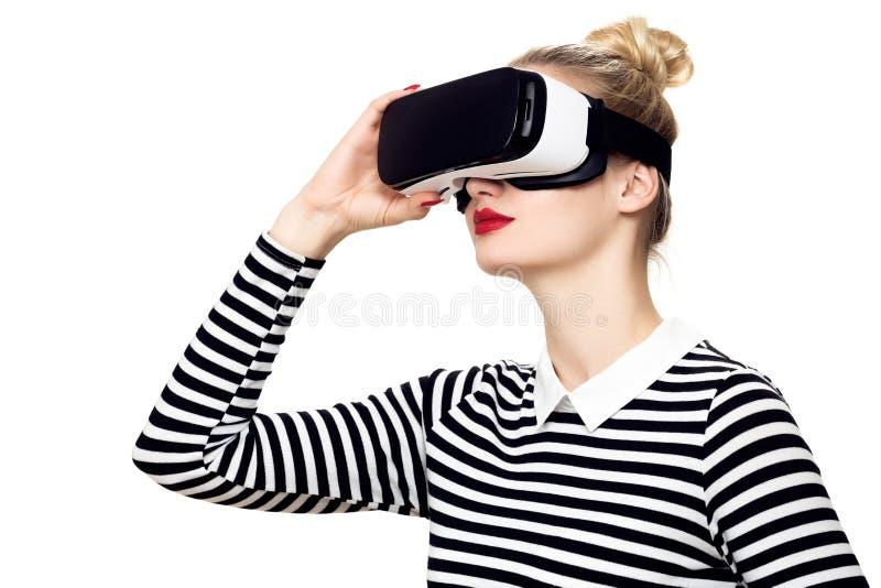 Kobieta jest ubranym rzeczywistość wirtualna szkła VR słuchawki Rzeczywistości wirtualnej pojęcie na białym tle zdjęcia stock