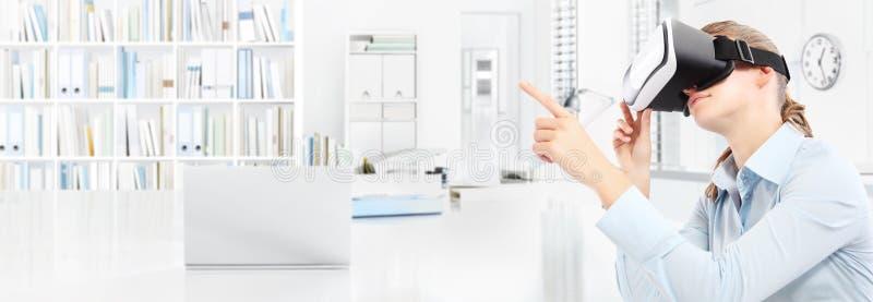 Kobieta jest ubranym rzeczywistość wirtualna szkieł słuchawki w biurze i poin obraz royalty free