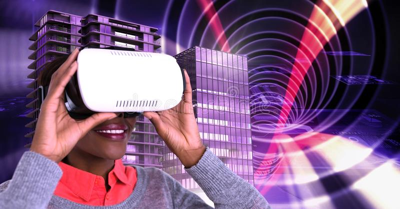 kobieta jest ubranym rzeczywistości wirtualnej słuchawki i Wysokich budynki z tunelowym tłem obrazy stock