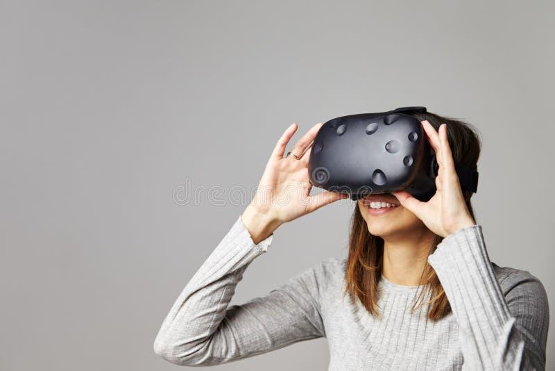 Kobieta Jest ubranym rzeczywistości wirtualnej słuchawki Siedzi Na kanapie W Domu fotografia stock