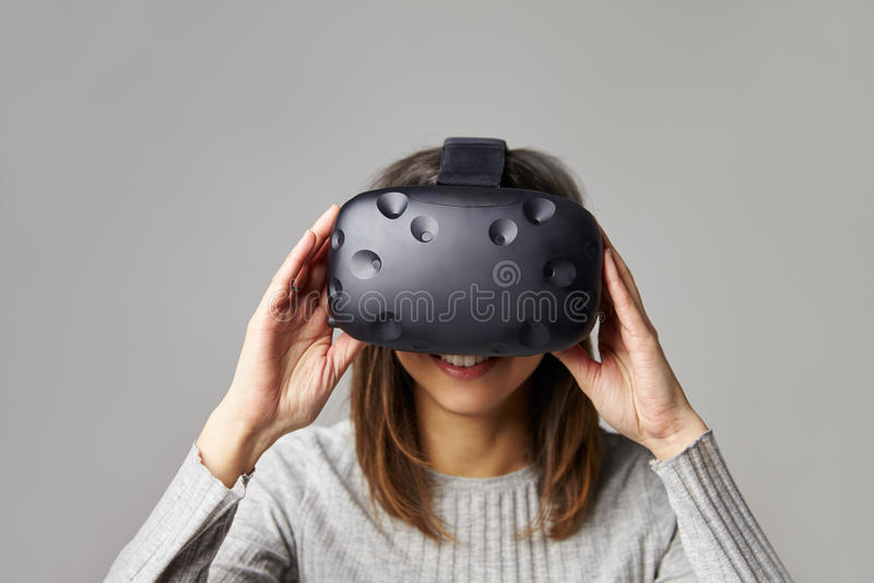 Kobieta Jest ubranym rzeczywistości wirtualnej słuchawki Siedzi Na kanapie W Domu zdjęcie stock
