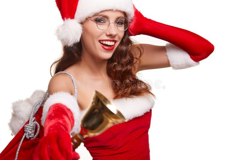 Kobieta jest ubranym Santa Claus kapelusz dzwoni dzwon Szczęście wakacje zdjęcie royalty free