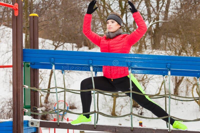 Kobieta jest ubranym sportswear miastowy ćwiczyć outside podczas zimy obraz stock