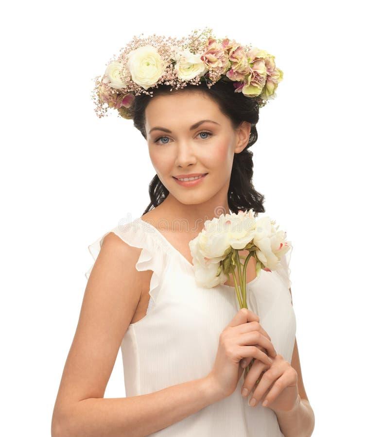 Kobieta jest ubranym wianek kwiaty obraz royalty free