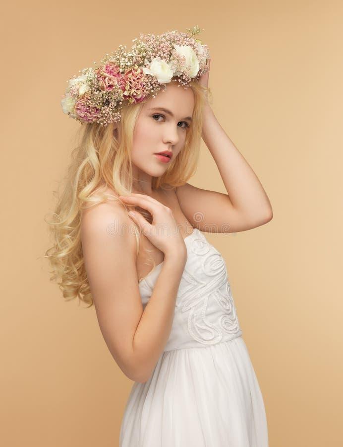 Kobieta jest ubranym wianek kwiaty zdjęcie royalty free