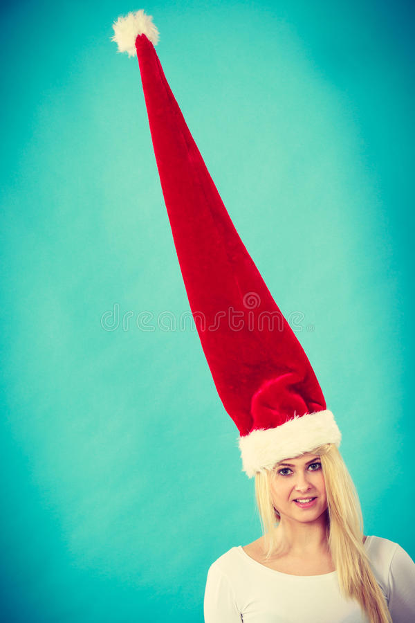Kobieta jest ubranym windblown szalonego Santa kapelusz obraz royalty free