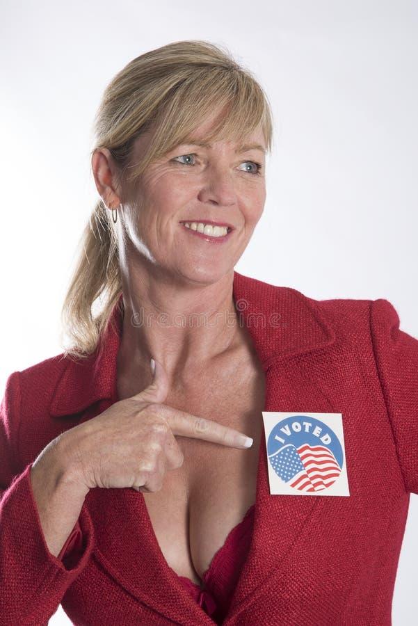 Kobieta jest ubranym wybory głosował majcheru zdjęcie stock
