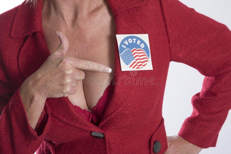 Kobieta jest ubranym wybory głosował majcheru zdjęcie royalty free