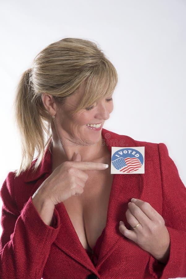Kobieta jest ubranym wybory głosował majcheru zdjęcia stock