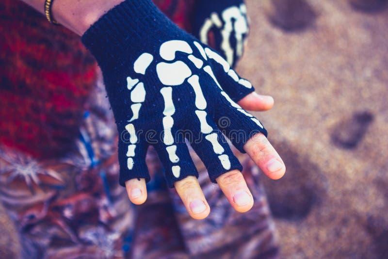 Kobieta jest ubranym zredukowaną rękawiczkę na plaży obrazy stock