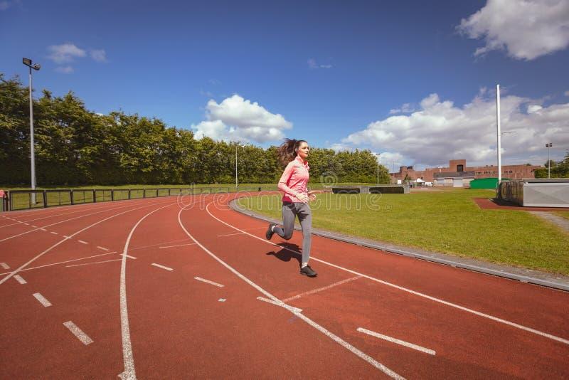Kobieta jogging na biegowym śladzie zdjęcie royalty free