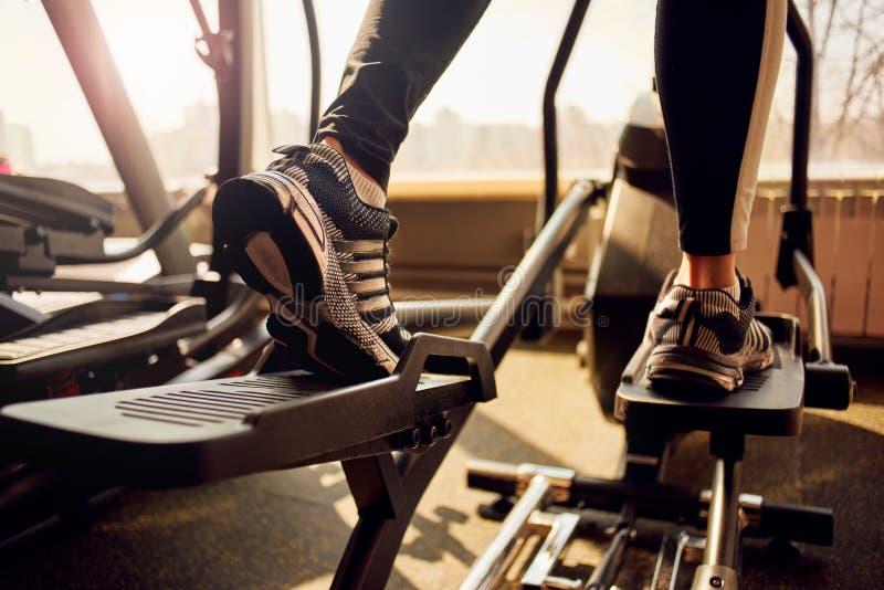 Kobieta jogging przy gym obraz royalty free