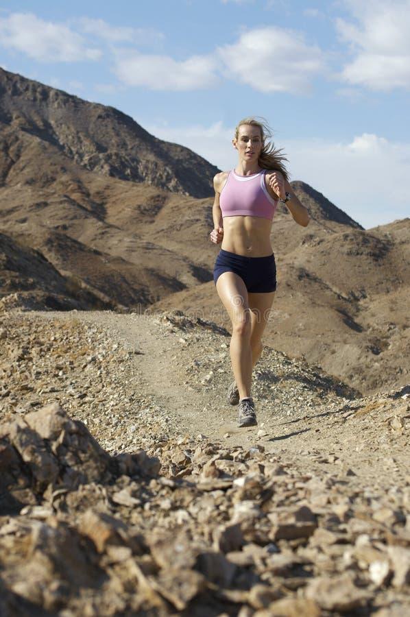 Kobieta Jogging W górach zdjęcia royalty free