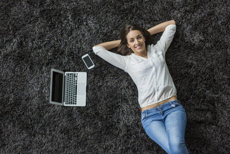 Kobieta kłaść na dywanie zdjęcia royalty free