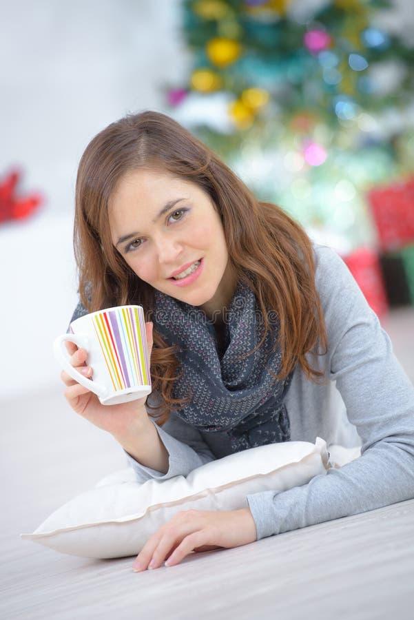 Kobieta kłaść na podłoga z filiżanki kawą zdjęcie stock