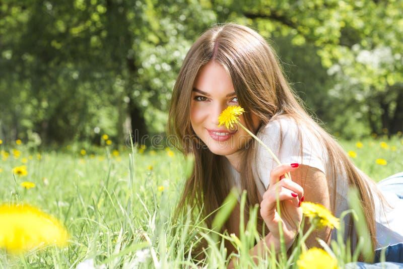 Kobieta k?a?? na trawie w parku fotografia stock