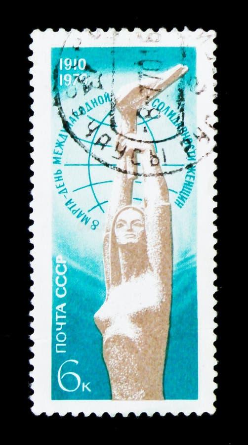 Kobieta kamienia rzeźba z pochodnią, oddaną 8 Marzec - dzień międzynarodowa kobiety ` s solidarność około 1970, obraz stock