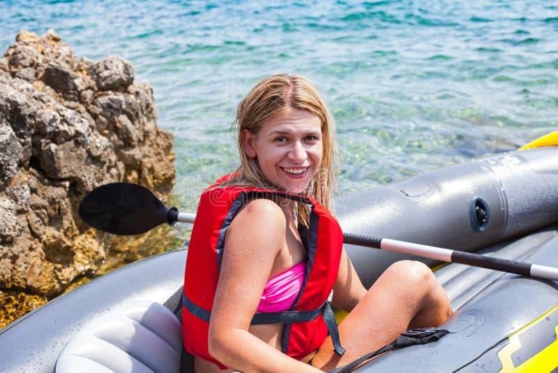 Kobieta kayaking w Chorwacja fotografia royalty free