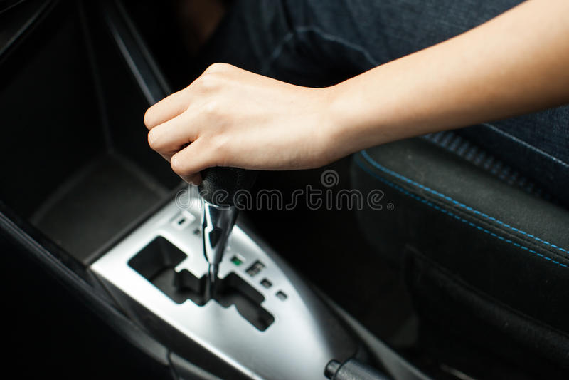 Kobieta kierowca przesuwa przekładni jeżdżenie i kij samochód obraz royalty free