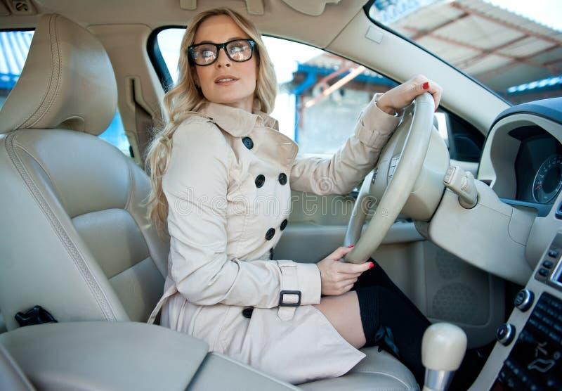 Kobieta kierowca w samochodzie fotografia stock