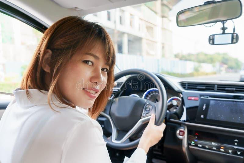 Kobieta kierowcy obsiadanie w samochodzie z uśmiechem - Dostaje gotowy jechać zdjęcia royalty free
