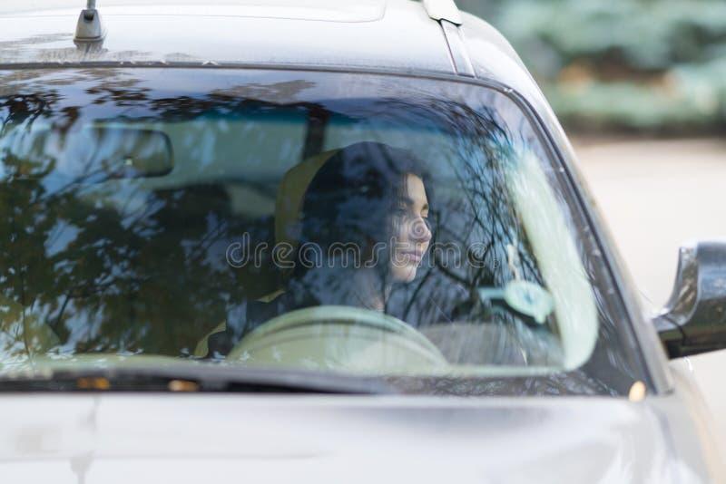 Kobieta kierowcy siedzący czekanie w jej samochodzie zdjęcie royalty free