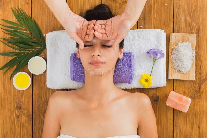 Kobieta kierowniczego masaż w indyjskim zdroju wellness centrum fotografia stock