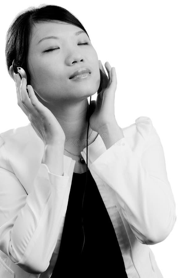 kobieta kierowniczy słuchający muzyczni telefony obrazy stock