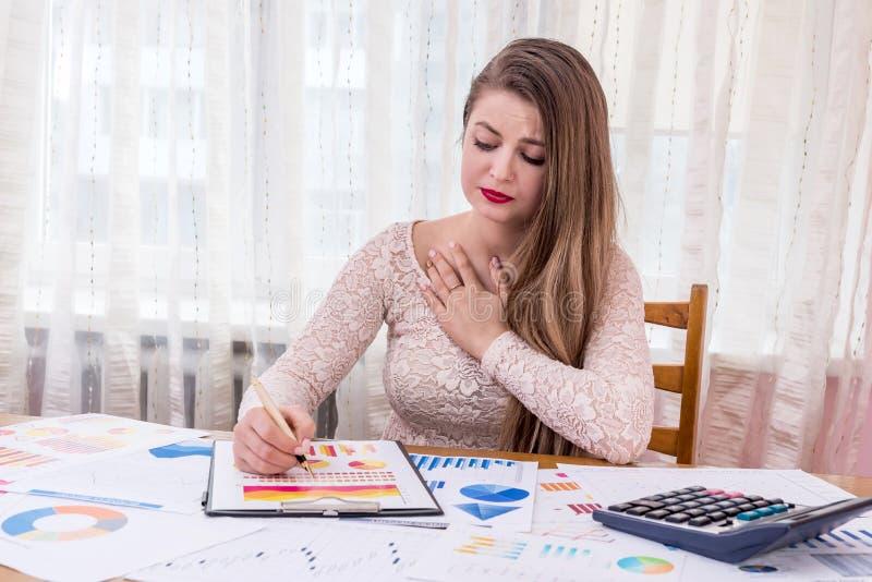 kobieta kierownik zaskakujący pieniężnymi wykresami obrazy stock