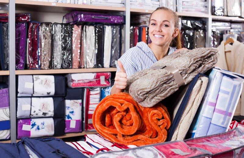 Kobieta klienta kupienia wieloskładnikowe rzeczy w tekstylnym sklepie obrazy stock