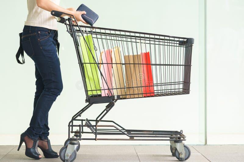 Kobieta klienta noga z kolorowymi papierowymi torba na zakupy w zakupy obraz stock