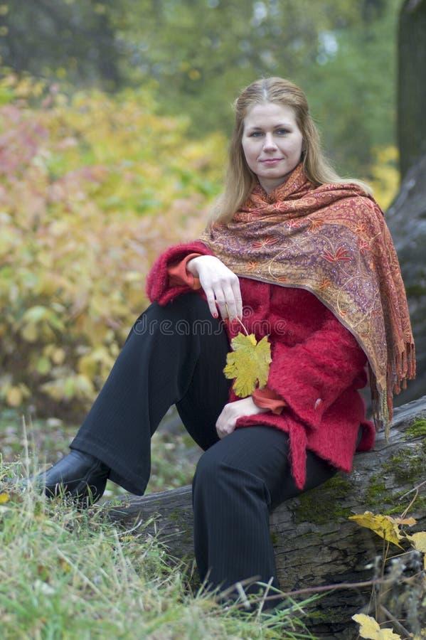 kobieta klonów liściach obrazy royalty free