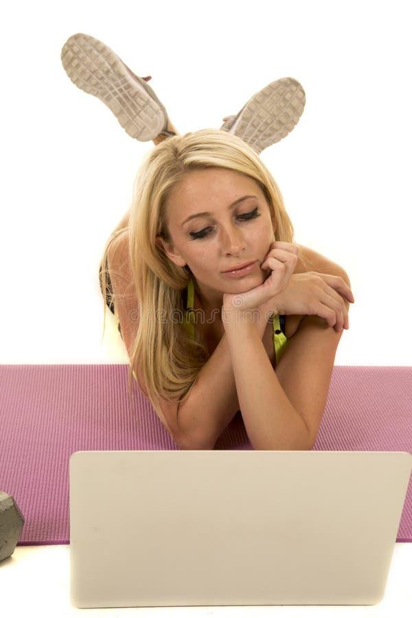 Kobieta kolor żółty bawi się stanika ly patrzeje laptop obrazy royalty free