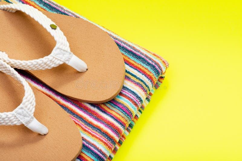 Kobieta koloru plaży dnia trzepnięcia Kauzalne Galonowe naturalne klapy i składający kolorowi pasiaści plażowi ręczniki na jaskra fotografia royalty free