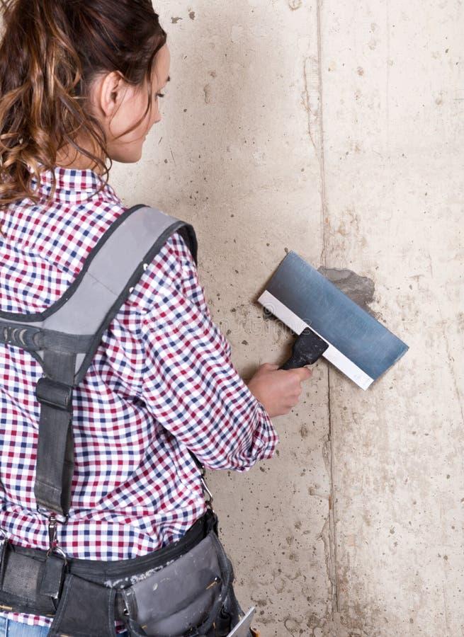 Kobieta kontrahent trzyma elastyczny nagrywać nożowy z błękitnym stalowym ostrzem zdjęcie royalty free