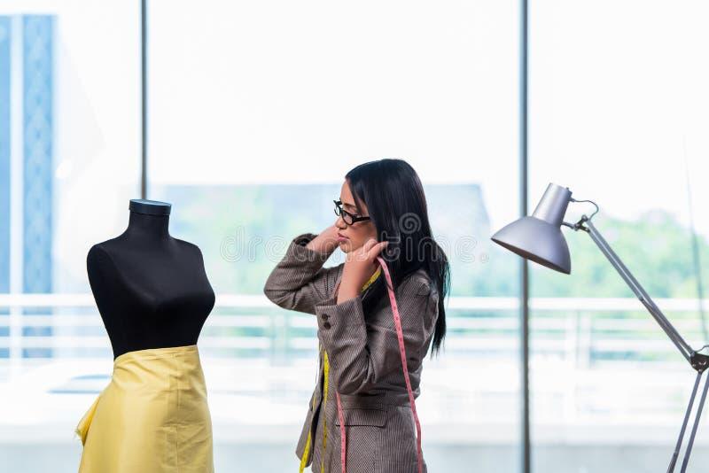 Kobieta krawczyna pracuje na nowej odzieży zdjęcie stock